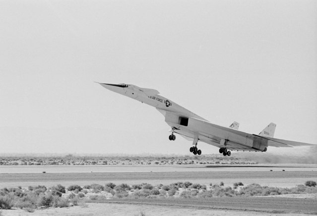 The XB70A takes off from Edwards Air Force Base for a flight to an altitude of 35,000 feet and a speed of 740 miles an hour, October 12, 1964. It was the third flight for the problem-plagued plane. (Photo by Ellis Bosworth/AP Photo)