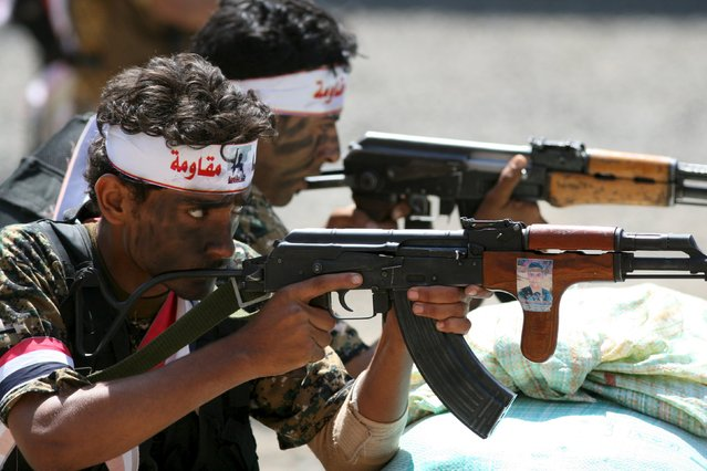 Fighters of the Popular Resistance Committees demonstrate their skills during a graduation ceremony of the affiliate special forces of the Popular Resistance, in Yemen's southwestern city of Taiz October 8, 2015. (Photo by Reuters/Stringer)