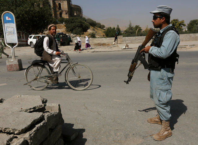 An Afghan policeman stands guard at a checkpoint near the site of kidnapping in Kabul, Afghanistan August 8, 2016. (Photo by Omar Sobhani/Reuters)
