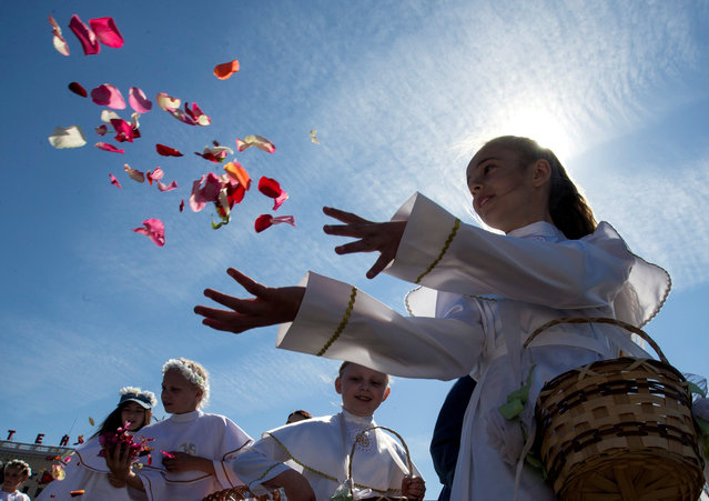 Catholic faithful throw petals during a procession marking the Feast of Corpus Christi in Minsk, Belarus June 3, 2018. (Photo by Vasily Fedosenko/Reuters)