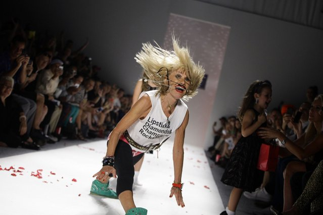 Designer Betsey Johnson does the splits as she acknowledges the crowd after presenting her Spring/Summer 2014 collection during New York Fashion Week, on September 12, 2013. (Photo by Reuters)