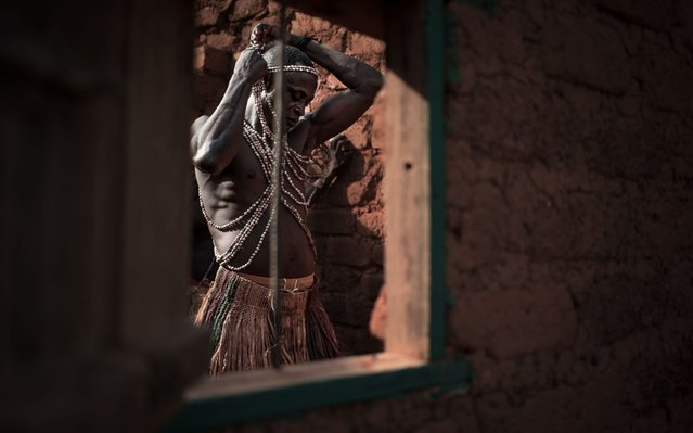 A Broto dancer prepares himself in a disused house of Bambari, in the centre of Central African Republic, before performing on March 14, 2019. The Broto, belonging to the Banda ethnic group, are known for their traditional dances accompanied by heavy horns made of tree roots. Today this tradition falls into disuse and its history is now forgotten by the new generations. (Photo by Florent Vergnes/AFP Photo)