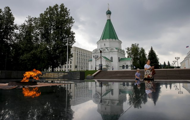 People walk past the Eternal Flame memorial in the town of Nizhny Novgorod, Russia, July 10, 2015. (Photo by Maxim Shemetov/Reuters)