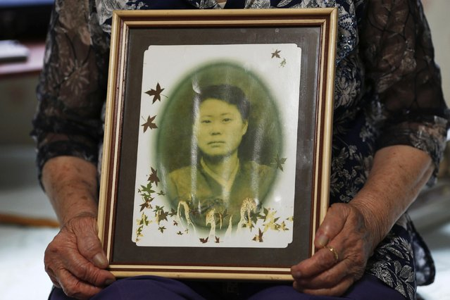 """Former South Korean """"comfort woman"""" Lee Ok-sun shows an old picture of herself in her room at the """"House of Sharing"""", a special shelter for """"comfort women"""", in Gwangju, South Korea, July 24, 2015. The shelter is run by an NGO. (Photo by Kim Kyung-Hoon/Reuters)"""