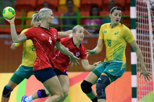 Norway's left back Veronica Kristiansen (L) vies with Brazil's right wing Eduarda Amorim (R) during the women's preliminaries Group A handball match Norway vs Brazil for the Rio 2016 Olympics Games at the Future Arena in Rio on August 6, 2016. (Photo by Franck Fife/AFP Photo)