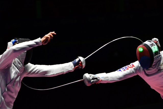 South Korea's Park Sangyoung (R) competes against Switzerland's Benjamin Steffen during their mens individual epee semi-final bout as part of the fencing event of the Rio 2016 Olympic Games, on August 9, 2016, at the Carioca Arena 3, in Rio de Janeiro. (Photo by Fabrice Coffrini/AFP Photo)