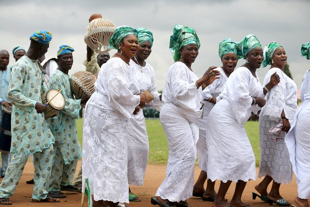 Women dressed in traditional attire sing as they participate in a parade to commemorate Nigeria's 55th Independence Day in Lagos, October 1, 2015. (Photo by Afolabi Sotunde/Reuters)