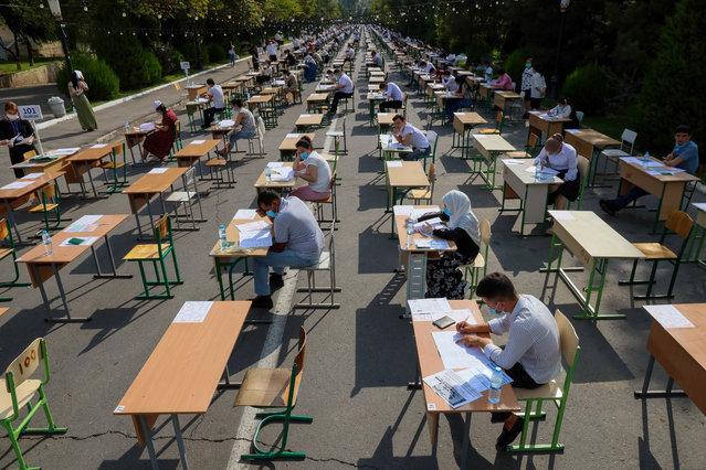 Uzbek students take open-air entrance exams in Tashkent on September 2, 2020, amid the ongoing coronavirus disease pandemic. (Photo by Yuri Korsuntsev/AFP Photo)