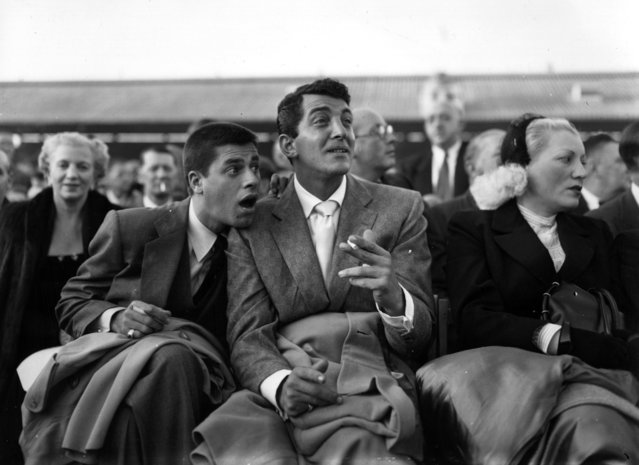 Dean Martin (born Dino Paul Crocetti 1917 – 1995), the Hollywood film star with Jerry Lewis at White City during the World Middleweight Championship of 1953, 9th June 1953. (Photo by Topical Press Agency/Getty Images)