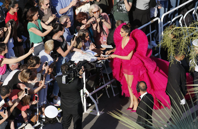 """Indian actress Deepika Padukone signs autographs as she arrives on May 11, 2018 for the screening of the film """"Ash is Purest White (Jiang hu er nv)"""" at the 71st edition of the Cannes Film Festival in Cannes, southern France. (Photo by Jean-Paul Pelissier/Reuters)"""