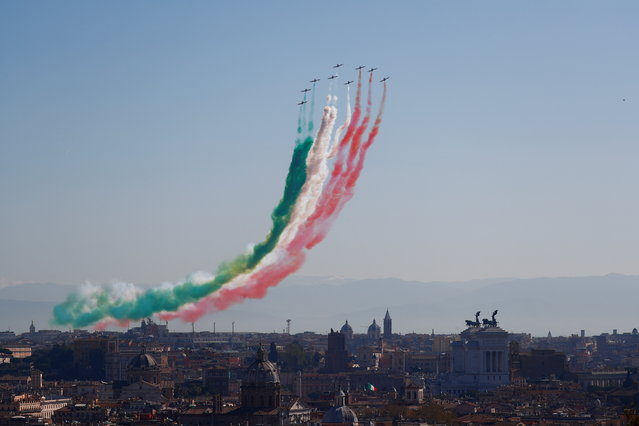 Italy's acrobatic Air Force squadron blaze the colours of the Italian flag over the capital as they celebrate the 98th anniversary of the establishment of the Air Force, in Rome, Italy on March 30, 2021. (Photo by Guglielmo Mangiapane/Reuters)