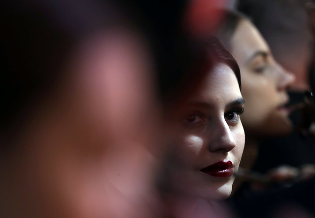 Models have make-up applied backstage before the Lino Villaventura collection show during the Sao Paulo Fashion Week, Brazil October 24, 2018. (Photo by Paulo Whitaker/Reuters)