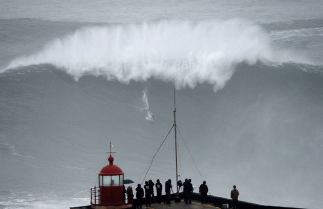Brazilian big wave surfer Carlos Burle rides a wave in Nazare, central Portugal, on October 28, 2013. (Photo by Francisco Leong/AFP Photo)