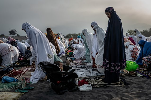 Indonesian Muslims perform Eid Al-Fitr prayer on 'sea of sands' at Parangkusumo beach on June 5, 2019 in Yogyakarta, Indonesia. Muslims around the world celebrate Eid al-Fitr with their families with feasts to mark the end of Ramadan, the holy month of fasting. (Photo by Ulet Ifansasti/Getty Images)