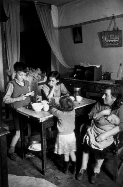 An overcrowded tenement flat in the Gorbals area of Glasgow on January 31, 1948. (Photo by Bert Hardy/Picture Post/Getty Images)