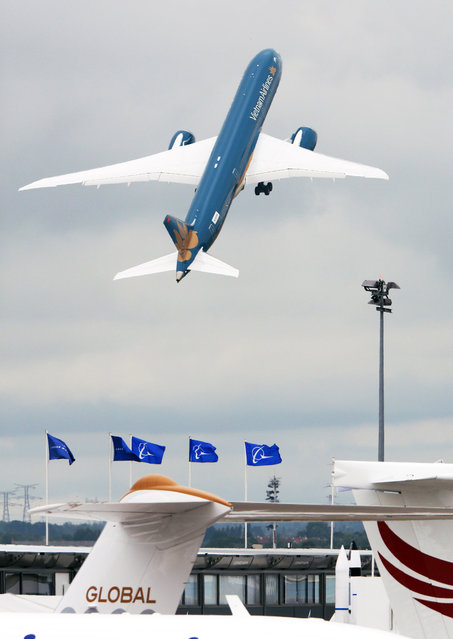 The Boeing B787-9 Dreamliner takes off for its demonstation flight at the Paris Air Show in Le Bourget, north of Paris, Thursday June 18, 2015. Some 300,000 aviation professionals and spectators are expected at this weekends Paris Air Show, coming from around the world to make business deals and see dramatic displays of aeronautic prowess and the latest air and space technology. (AP Photo/Remy de la Mauviniere)