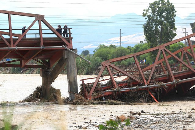 View of the Viru Bridge, which carries the Panamerican Highway between northern Peru and Lima, after it collapsed into the Viru River in the town of Viru due to the intense rains, cutting off supplies to the northern part of the country, on March 19, 2017. (Photo by Celso Roldan/AFP Photo)
