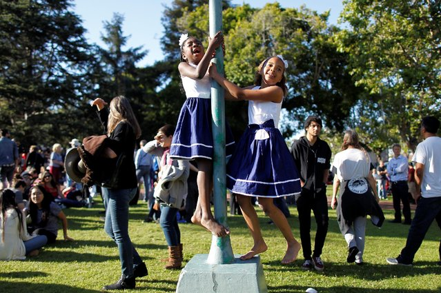 Zaina (L) and Zahra Diallo play before U S. Democratic presidential candidate Bernie Sanders' campaign rally at Colton Hall in Monterey, California, U.S., May 31, 2016. (Photo by Michael Fiala/Reuters)