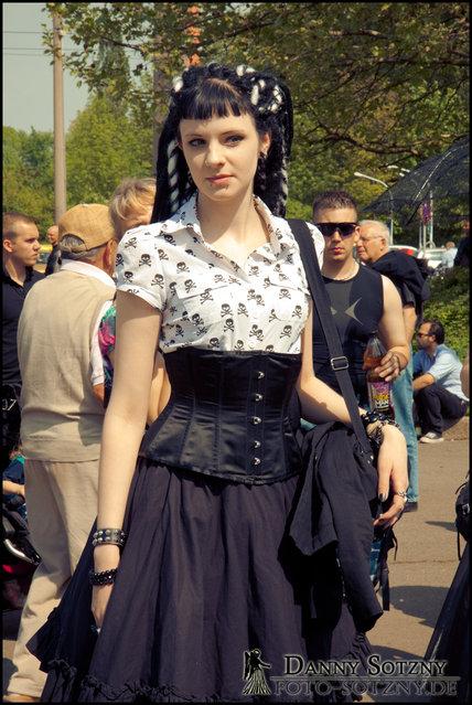 """""""Wave Gotik Treffen 2010 am Eingang des AgraParks / in der Innenstadt von Leipzig"""". (Danny Sotzny)"""