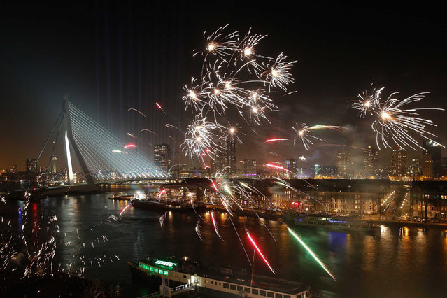 "The ""National Fireworks"" light up the night sky above the Erasmus Bridge (L), in Rotterdam, The Netherlands 01 January 2015. (Photo by Bas Czerwinski/EPA)"