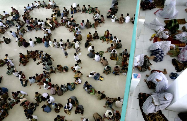 Students sit in circles during a Quran recital class on the first day of the holy fasting month of Ramadan, at Ar-Raudlatul Hasanah Islamic boarding school in Medan, North Sumatra, Indonesia, on July 10, 2013. During Ramadan Muslims refrain from eating, drinking, smoking and s*x from dawn to dusk. (Photo by Binsar Bakkara/Associated Press)