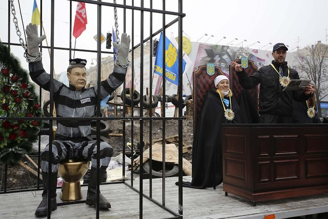 Pro-European integration supporters conduct a mock trial with an effigy of Ukraine's President Viktor Yanukovich in Independence Square in Kiev, December 30, 2013. (Photo by Maxim Zmeyev/Reuters)