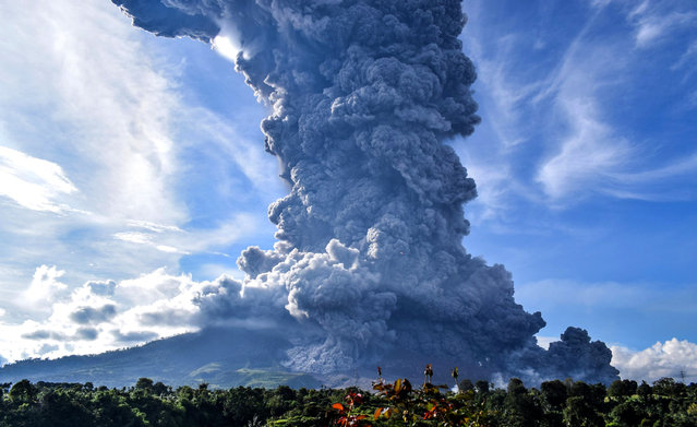 Sinabung mountain spews volcanic smoke in Tiga Pancur Village, Karo, North Sumatra, Indonesia, 09 June 2019. According to BNPB, Mount Sinabung erupted, blowing volcanic ash more than 7,000 meters high. Sinabung is one of the most active volcanos in Indonesia. It erupted in 2010 and since then killed 17 people in eruptions in 2014 and another nine people in 2016. (Photo by Sarianto Sembiring/EPA/EFE)