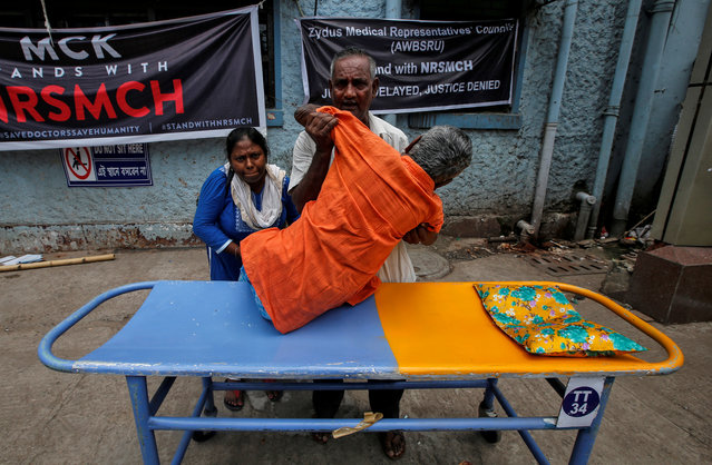 A patient leaves after not getting treatment from at a government hospital during a strike by doctors demanding security after the recent assaults on doctors by the patients' relatives, in Kolkata, India, June 14, 2019. (Photo by Rupak De Chowdhuri/Reuters)