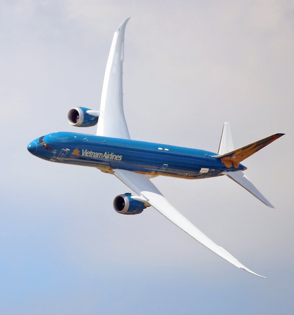 The Boeing 787 Dreamliner performs its demonstration flight at the Paris Air Show in Le Bourget, north of Paris, Tuesday June 16, 2015. Some 300,000 aviation professionals and spectators are expected at this weekends Paris Air Show, coming from around the world to make business deals and see dramatic displays of aeronautic prowess and the latest air and space technology. (AP Photo/Remy de la Mauviniere)
