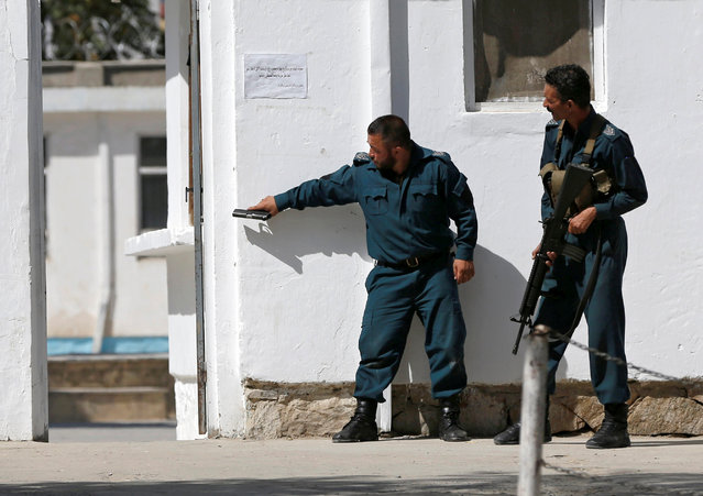 Afghan policemen take position at the site of a suicide attack followed by a clash between Afghan forces and insurgents after an attack on a Shi'ite Muslim mosque in Kabul , Afghanistanon Friday, August 25, 2017. (Photo by Omar Sobhani/Reuters)