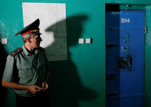 A prison officer is seen at a compound of the Lukyanivska detention centre in Kiev, Ukraine, July 19, 2016. (Photo by Valentyn Ogirenko/Reuters)
