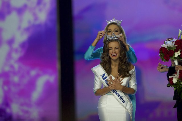 (L-R) Miss Georgia Betty Cantrell reacts after being crowned Miss America 2016 by Miss America Kira Kazantsev 2015 at Boardwalk Hall, in Atlantic City, New Jersey, September 13, 2015. (Photo by Mark Makela/Reuters)
