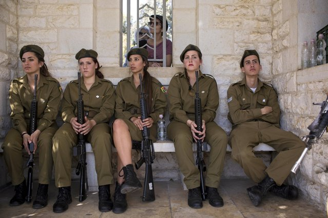 Israeli military honor guards attend a Remembrance Day ceremony to honor war veterans who fought in the British Armed Forces during the World Wars and to commemorate 100 years since start of World War I, at the Commonwealth War Graves Commission in the central Israeli town of Ramla, Sunday, November 9, 2014. (Photo by Oded Balilty/AP Photo)
