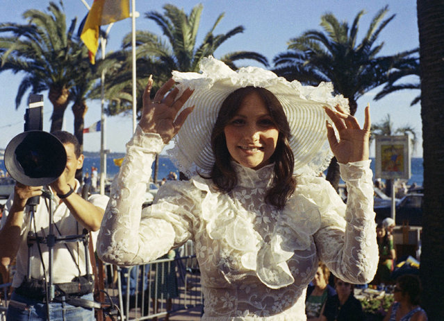 "p*rn star Linda Lovelace, who starred in ""Deep Throat"", arrives at the Academy Award in Los Angeles, Ca, April 3, 1974. (Photo by AP Photo)"