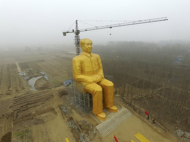 A crane is seen next to a giant statue of Chinese late chairman Mao Zedong under construction near crop fields in a village of Tongxu county, Henan province, China, January 4, 2016. (Photo by Reuters/Stringer)