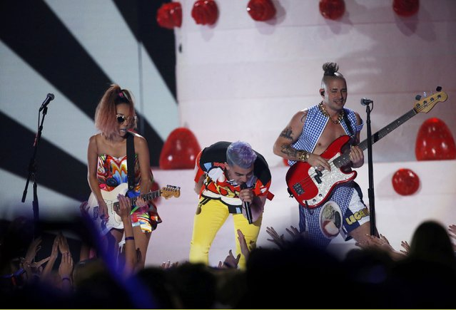 "DNCE performs ""Cake By the Ocean"" during Nickelodeon's 2016 Kids' Choice Awards in Inglewood, California March 12, 2016. (Photo by Mario Anzuoni/Reuters)"
