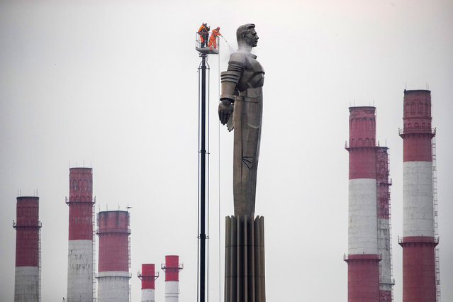 Moscow municipal workers clean the Yuri Gagarin monument preparing for celebrating Cosmonaut Day, the 58th anniversary of Yury Gagarin's epic space flight, in Moscow, Russia, 10 April 2019. The monument is a over 40 meters high pedestal with a sculpture of Gagarin. On 12 April 1961 Soviet cosmonaut Yuri Gagarin circled the Earth for 108 minutes aboard the Vostok 1 spacecraft. (Photo by Sergei Ilnitsky/EPA/EFE)
