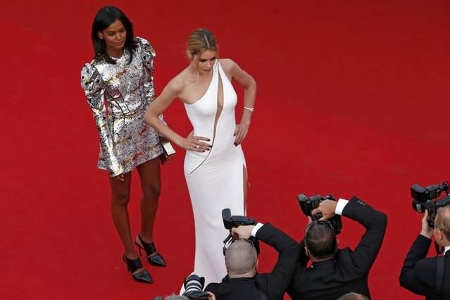 """Model Doutzen Kroes (R) and model and actress Liya Kebede pose on the red carpet as they arrive for the opening ceremony and the screening of the film """"La tete haute"""" out of competition during the 68th Cannes Film Festival in Cannes, southern France, May 13, 2015. (Photo by Benoit Tessier/Reuters)"""