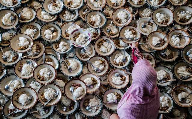 An Indonesian woman prepares meals for Muslims breaking their fast during the holy month of Ramadan at Jogokariyan Mosque in Yogyakarta on May 11, 2019. (Photo by Oka Hamied/AFP Photo)