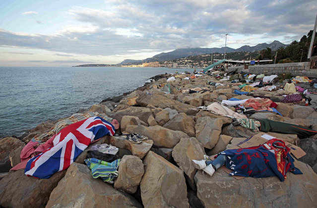 Migrant sleep on the rocks of the seawall at the Saint Ludovic border crossing on the Mediterranean Sea between Vintimille, Italy and Menton, France, June 17, 2015. On Saturday, some 200 migrants, principally from Eritrea and Sudan, attempted to cross the border from Italy and were blocked by Italian police and French gendarmes.    REUTERS/Eric Gaillard