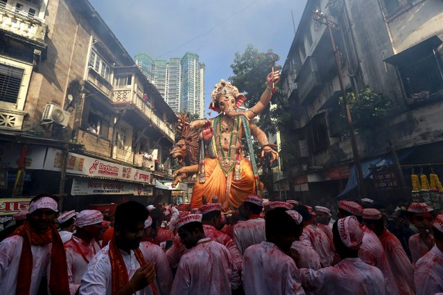 Devotees wait to pull an idol of Hindu god Ganesh, the deity of prosperity, through a street on the last day of the ten-day-long Ganesh Chaturthi festival in Mumbai, India, September 27, 2015. (Photo by Danish Siddiqui/Reuters)