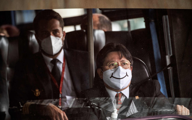 A bus driver wears face mask in Bogota on September 1, 2020, during te coronavirus pandemic. Bogota, the focus of the pandemic in Colombia, left behind its strict quarantine by zones and began to ease restrictive measures against the new coronavirus, mainly aimed at relaunching the declining trade in the capital. (Photo by Juan Barreto/AFP Photo)