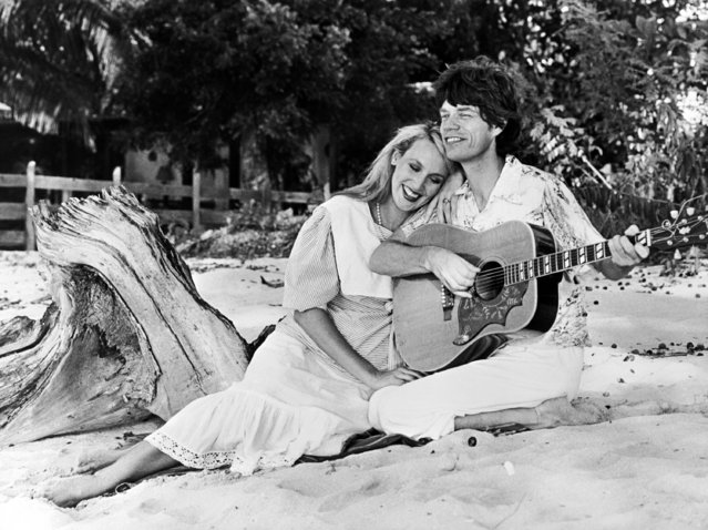 British rock musician Mick Jagger from The Rolling Stones, with his fiancee Jerry Hall at Gibbs Beach, St. Peter, Barbados on December 5, 1983. (Photo by Paul Benoit/AP Photo)