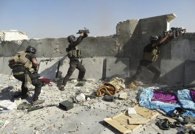 Members of the Iraqi Special Operations Forces take up positions during clashes with the al Qaeda-linked Islamic State of Iraq and the Levant (ISIL) in the city of Ramadi, in this June 19, 2014 file photo. (Photo by Reuters/Stringer)
