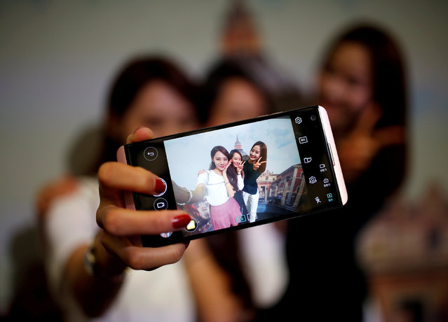 Models pose for photographs with a LG electronics' new V20 premium smartphone during its unveiling ceremony in Seoul, South Korea, September 7, 2016. (Photo by Kim Hong-Ji/Reuters)