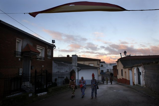 """Believers dressed as """"diablos"""" (devils), head to join fellow believers before parading around town during the """"Endiablada"""" festival in Almonacid del Marquesado, in central Spain February 3, 2015. (Photo by Susana Vera/Reuters)"""