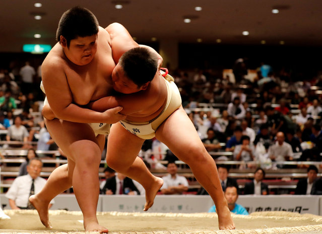 Elementary school sumo wrestlers compete in the sumo ring during the Wanpaku sumo-wrestling tournament in Tokyo, Japan July 29, 2017. (Photo by Kim Kyung-Hoon/Reuters)