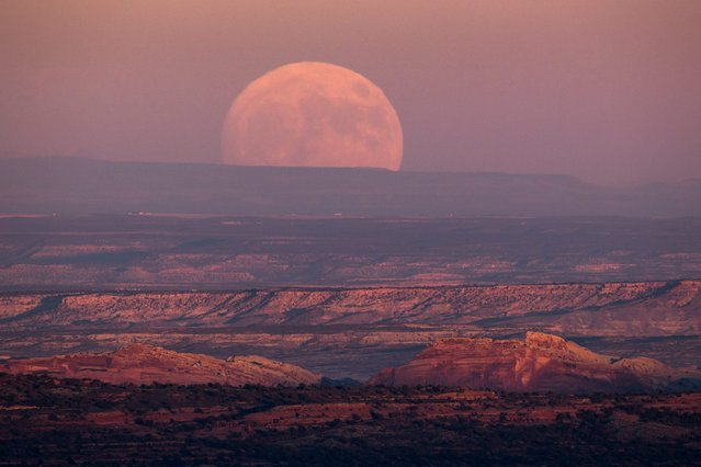 "A nearly-full ""supermoon"" rises at dusk above the Valley of the Gods in the proposed Bear Ears National Monument near Mexican Hat, Utah, USA, 13 November 2016. (Photo by Jim Lo Scalzo/EPA)"