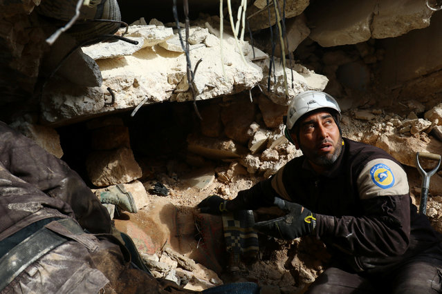Civil Defence members look for survivors under rubble of damaged buildings after air strikes on the northern neighbourhood of Idlib city, Syria December 5, 2016. (Photo by Ammar Abdullah/Reuters)