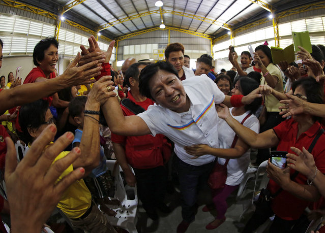 """Filipino Senator Ferdinand """"Bongbong"""" Marcos Junior (C), the son of the Philippines' late dictator and running for Vice President, greets supporters during a political campaign in Muntinlupa city, south of Manila, Philippines, 22 February 2016. Filipinos will vote for 12 of 24 senators on 09 May 2016 when the country also elects a new president and vice president and more than 18,000 regional and local positions. (Photo by Francis R. Malasig/EPA)"""
